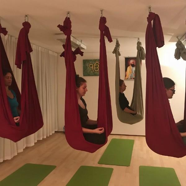 Aerial yoga workshop Amersfoort door Indiase yogaspecialist Gurbatschan | Amersfoort