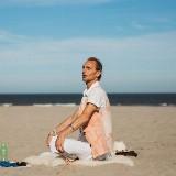Yoga op het strand   Ter Heijde, in de buurt van Beachhouse Dreams, opgang Karel Doormanweg